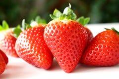 De achtergrond van het voedsel Close-up op vers organische rode rijpe aardbeien die op een witte achtergrond liggen De zomer rijp Royalty-vrije Stock Afbeeldingen