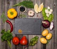 De achtergrond van het voedsel Groenten voor het koken op plattelander doorstaan hout Stock Fotografie