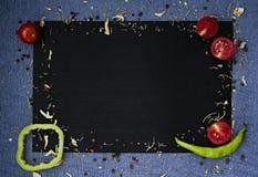 De achtergrond van het voedsel Verse landbouwersgroenten bij donkere betonlijst Ruimte voor tekst royalty-vrije stock afbeelding