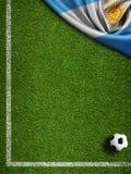 De achtergrond van het voetbalgebied met bal en vlag van Argentinië Stock Afbeeldingen