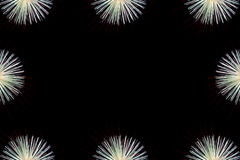 De achtergrond van het vuurwerkkader, kleurrijk vuurwerklicht op de hemel Stock Foto