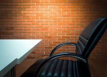 De achtergrond van het werkplaatsbureau en lichte muur Royalty-vrije Stock Afbeelding