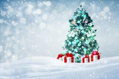 De achtergrond van kerstboomgiften in openlucht Stock Fotografie