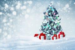 De achtergrond van kerstboomgiften in openlucht Stock Foto's