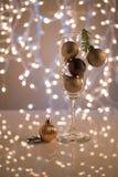De achtergrond van Kerstmis Champagne-glas met Kerstmisspeelgoed dat wordt gevuld stock fotografie