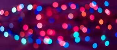 De achtergrond van Kerstmis De feestelijke abstracte achtergrond met bokeh defocused lichten en sterren royalty-vrije stock afbeelding