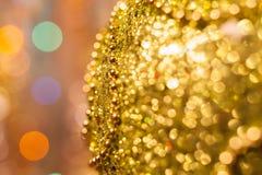 De achtergrond van Kerstmis De feestelijke abstracte achtergrond met bokeh defocused lichten en sterren Royalty-vrije Stock Fotografie
