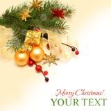 De achtergrond van Kerstmis - de gift van Kerstmis, gouden decoratie Stock Afbeelding