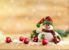 De achtergrond van Kerstmis de grappige sneeuwman kleedde zich als Santa Claus en CH Royalty-vrije Stock Fotografie