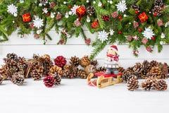 De achtergrond van Kerstmis De verfraaide tak van de Kerstmisspar, kegels, elf De ruimte van het exemplaar Royalty-vrije Stock Fotografie