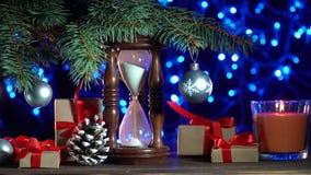 De achtergrond van Kerstmis De decoratie van Kerstmis Spar, glanzende kaarsen, giften en kaars stock videobeelden