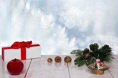 De achtergrond van Kerstmis Kerstmis giftbox met decoratie op woode stock afbeeldingen