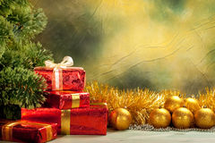 De achtergrond van Kerstmis - gouden ballen en giften Stock Fotografie