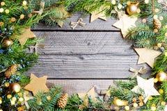 De achtergrond van Kerstmis Groene Spar met denneappels, gouden sneeuwvlokken, bal Stock Foto's