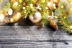 De achtergrond van Kerstmis Groene Spar met denneappels, gouden sneeuwvlokken, bal Royalty-vrije Stock Fotografie