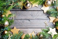 De achtergrond van Kerstmis Groene Spar met denneappels, gouden sneeuwvlokken, bal Royalty-vrije Stock Afbeelding