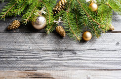 De achtergrond van Kerstmis Groene Spar met denneappels, gouden sneeuwvlokken, bal Royalty-vrije Stock Foto's