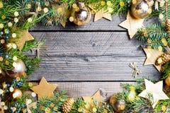 De achtergrond van Kerstmis Groene Spar met denneappels, gouden sneeuwvlokken, bal Stock Foto