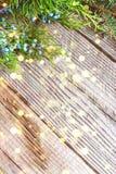 De achtergrond van Kerstmis Groene Spar met goud bokeh op oude houten royalty-vrije stock foto's