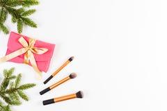De achtergrond van Kerstmis De groene spartakken, maken omhoog borstels en maken omhoog zak op witte achtergrond Royalty-vrije Stock Fotografie