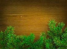 De achtergrond van Kerstmis Groene takken van sparren op donkere houten achtergrond Plaats voor tekst Stock Fotografie