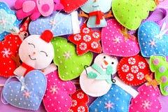 De achtergrond van Kerstmis Heldere Kerstmis gevoelde geplaatste ornamenten Gevoelde Kerstbomen, sneeuwmannen, harten, sterren, v Stock Afbeelding