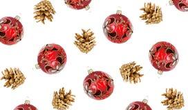 De achtergrond van Kerstmis heldere rode ballen, gouden bladeren en gouden sparappel op wit royalty-vrije stock foto