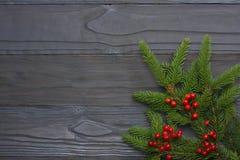 De achtergrond van Kerstmis Hoogste mening met exemplaarruimte Spar op donkere houten achtergrond Stock Afbeelding