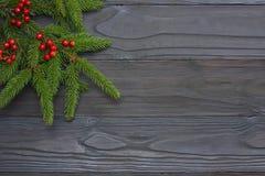 De achtergrond van Kerstmis Hoogste mening met exemplaarruimte Spar op donkere houten achtergrond Stock Fotografie