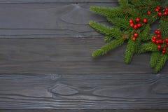 De achtergrond van Kerstmis Hoogste mening met exemplaarruimte Spar op donkere houten achtergrond royalty-vrije stock fotografie