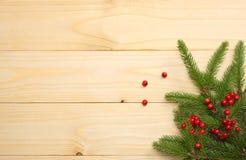 De achtergrond van Kerstmis Hoogste mening met exemplaarruimte spar op lichte houten achtergrond stock fotografie