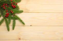 De achtergrond van Kerstmis Hoogste mening met exemplaarruimte spar op lichte houten achtergrond royalty-vrije stock afbeeldingen