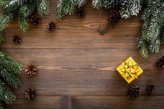 De achtergrond van Kerstmis Huidige doos, nette takken, denneappels op donkere houten hoogste mening als achtergrond copyspace Royalty-vrije Stock Foto's
