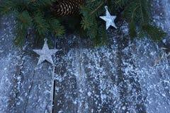 De achtergrond van Kerstmis Kerstboom, denneappels, sterren en sneeuw Stock Fotografie