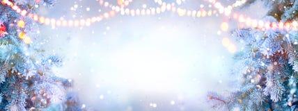 De achtergrond van Kerstmis Kerstmisboom met sneeuw met slingerlichten wordt verfraaid, vakantie feestelijke backdround die royalty-vrije stock afbeeldingen