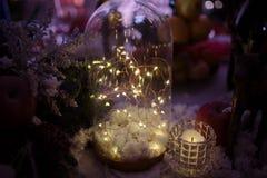 De achtergrond van Kerstmis Kerstmisdecoratie met slingers en speelgoed royalty-vrije stock foto's