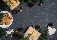 De achtergrond van Kerstmis Kerstmisgiften, decoratie, koekjes, Kerstmisboom Voor een donkere achtergrond, hoogste mening Vrije r Royalty-vrije Stock Afbeeldingen