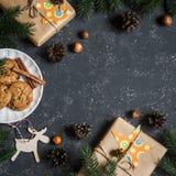 De achtergrond van Kerstmis Kerstmisgiften, decoratie, koekjes, Kerstmisboom Voor een donkere achtergrond, hoogste mening Vrije r Stock Afbeeldingen