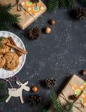 De achtergrond van Kerstmis Kerstmisgiften, decoratie, koekjes, Kerstmisboom Voor een donkere achtergrond, hoogste mening Vrije r Stock Afbeelding