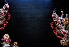 De achtergrond van Kerstmis Kerstmisornamenten op een donkerblauwe achtergrond Stock Afbeelding