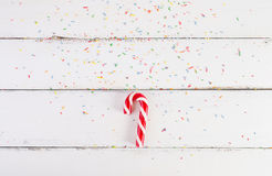 De achtergrond van Kerstmis Kerstmisriet op een witte houten achtergrond Stock Foto's