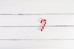 De achtergrond van Kerstmis Kerstmisriet op een witte houten achtergrond Royalty-vrije Stock Foto