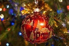 De achtergrond van Kerstmis Kerstmisstuk speelgoed rode glasbal, wordt geschilderd die met Royalty-vrije Stock Foto's