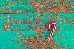 De achtergrond van Kerstmis De Kleur die van het Kerstmisriet op turkooise houten achtergrond bestrooien stock fotografie