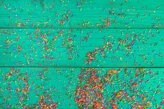 De achtergrond van Kerstmis Kleur die op turkooise houten achtergrond bestrooien Royalty-vrije Stock Afbeeldingen