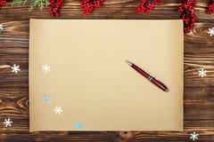 De achtergrond van Kerstmis Kraftpapier-document met exemplaarruimte voor de foto of de tekst van vakantiegroeten Kerstmis feeste stock foto's