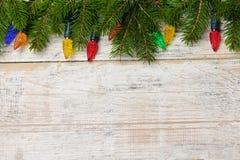 De achtergrond van Kerstmis met lichten op takken royalty-vrije stock fotografie