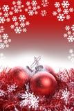 De achtergrond van Kerstmis met rode lint en ballen Stock Foto