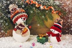 De achtergrond van Kerstmis met sneeuwman en giften Royalty-vrije Stock Afbeeldingen