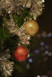 De achtergrond van Kerstmis met snuisterijen Royalty-vrije Stock Fotografie